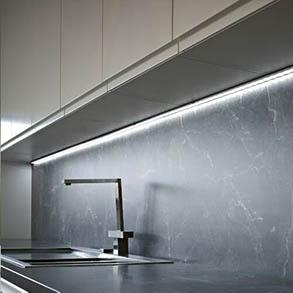 Пример кухонной подсветки с применением черного профиля 1506